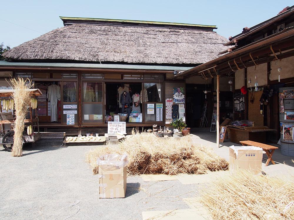 茅葺き屋根の葺き替え(補修)が予定されている開成町『古民家ガーデン紋蔵』さんに伺いました。