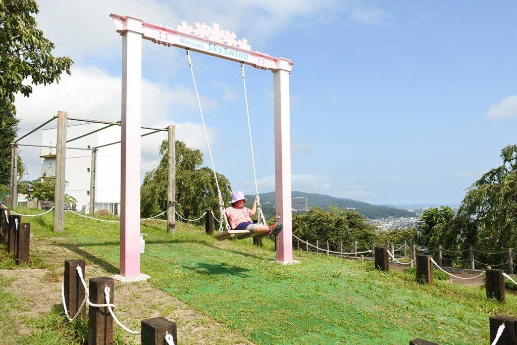 松田山の西平畑公園の「スカイスウィング」は、大人も童心に返れるブランコ!